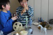 造形された3Dモデルに触れて驚く子どもたち