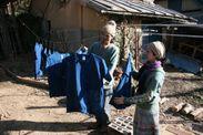 藍原さん夫妻の藍染め制作風景(自宅の庭先で)