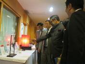日本の伝統工芸品に興味を示すシャルマ大臣