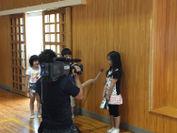 テレビインタビューを受ける児童