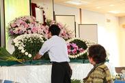 生花祭壇を製作している様子。イベント当日も製作実演します。