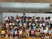 北広島西部小児童と絵本寄贈者