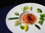 トマトムースとトマトのクリアーなジュレ 小さな野菜とトマトのコンポート ¥980(税込)