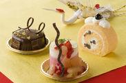 (右から)「練乳ロールケーキ」¥380 「リンゴとフランボワーズのムース」¥430 「チョコレートムースケーキ」¥430