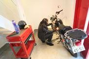 ガレージスペースでバイクのメンテナンス