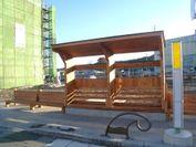 釜石市の間伐材を利用し製作されたバスの待合所とベンチ