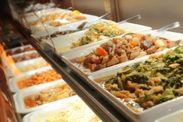 カウンターにずらりと並ぶ『お番菜』