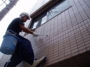 空中で外壁タイルの浮き調査中