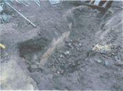 建物下の地中から、以前の建物の残骸が発見された際の写真