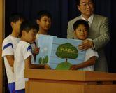 池崎 正典氏と柳田小の子どもたち
