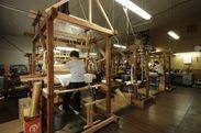 熟練した職人の手織り工房