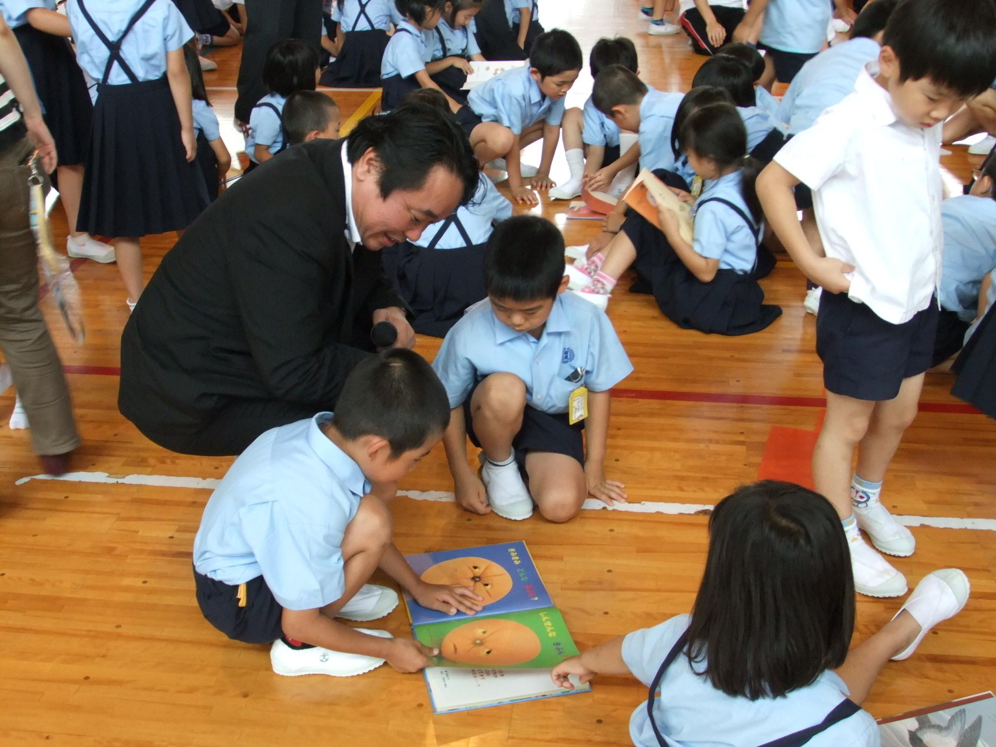 鹿児島県さつま町立盈進小学校へ絵本を寄付 愛知県の社団法人より絵本と情報モラル授業のプレゼント