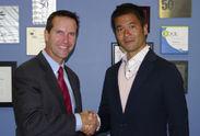 (左)マイクラライン CEO マイク・シプリック、(右)アダマンド工業 代表取締役社長 下田 洋一