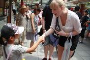 多くの外国人観光客が好意的にインタビューに答えてくれた