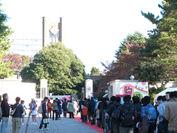 『駒場祭』正門