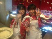 寿司店でアルバイトに励むメンバー