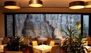全面パノラマの滝を見ながらの食事