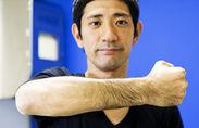 腕毛を見せる柴田さん