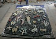 仮組み中の陶板レリーフ