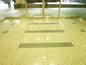 雨で濡れると滑るエントランスの床が滑り止め加工に!