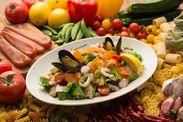 魚介と彩り野菜の具だくさんサラダ、イタリア産カラスミがけ