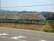 田んぼの上に設置された回転式ソーラーパネル