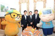 左から:みきゃん、古川県議、中村知事、松村社長、熱さま君