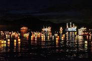 湖面を彩る数百の灯篭