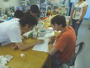昨年度行われたインターンシップにて、超伝導材料について海外の高校生に教える様子