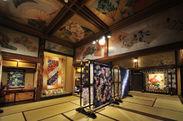 百段階段「星光の間」 色鮮やかな日本画に囲まれた文化財と和キルトの共演。
