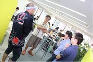 漁師と交流する参加者