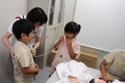 聴診器で友達の心音を確認