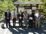 2014年9月25日 荒川登山口での贈呈式:中央左から、荒木町長、三井化学/小久江CSR部長、三井化学産資/赤松総務部長