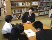「COCOROE塾」のスタートに先駆け、藤井寺市藤井寺中学校で中学2年生を対象とした「第1回COCOROE塾チューター派遣」の様子。「英単語しりとり」や「英単語づくりゲーム」などチューターたちが考えた工夫のつまった学びが人気でした