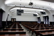 新3号館 大教室のレーザー光源プロジェクター・ディスプレイ・講義収録システム