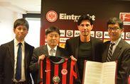 契約締結に臨んだブルーノ・ヒュブナーSD(スポーツ・ディレクター)と滋慶 学園関係者