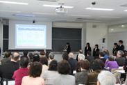 昨年の「多文化共生フォーラム」で中野区長へ政策提言する学生