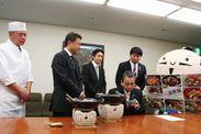 03_出世飯を堪能する浜松市長