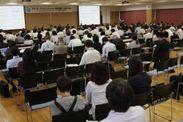 大学執行部特別セッションを聴くため、大会場に詰めかけた180人の会員たち