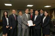 塩崎厚労大臣に「新しい勤勉宣言」を手交
