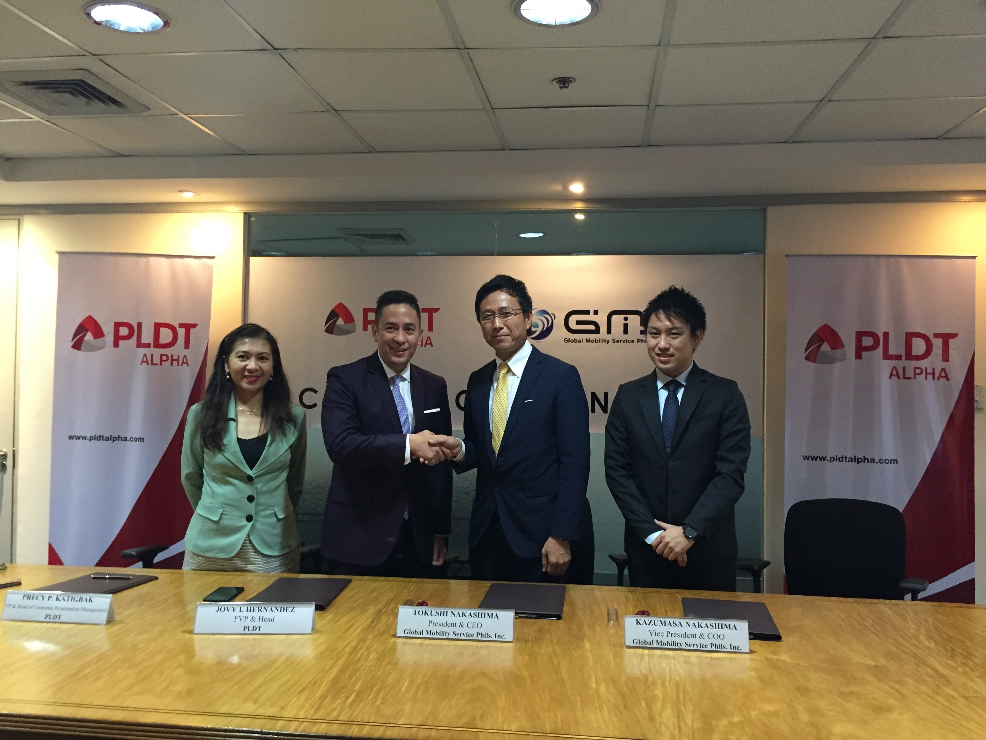 First Vice President and Head of PLDT ALPHA, Mr. Jovy Hernandezと、GMS代表取締役社長 兼 CEOの中島 徳至