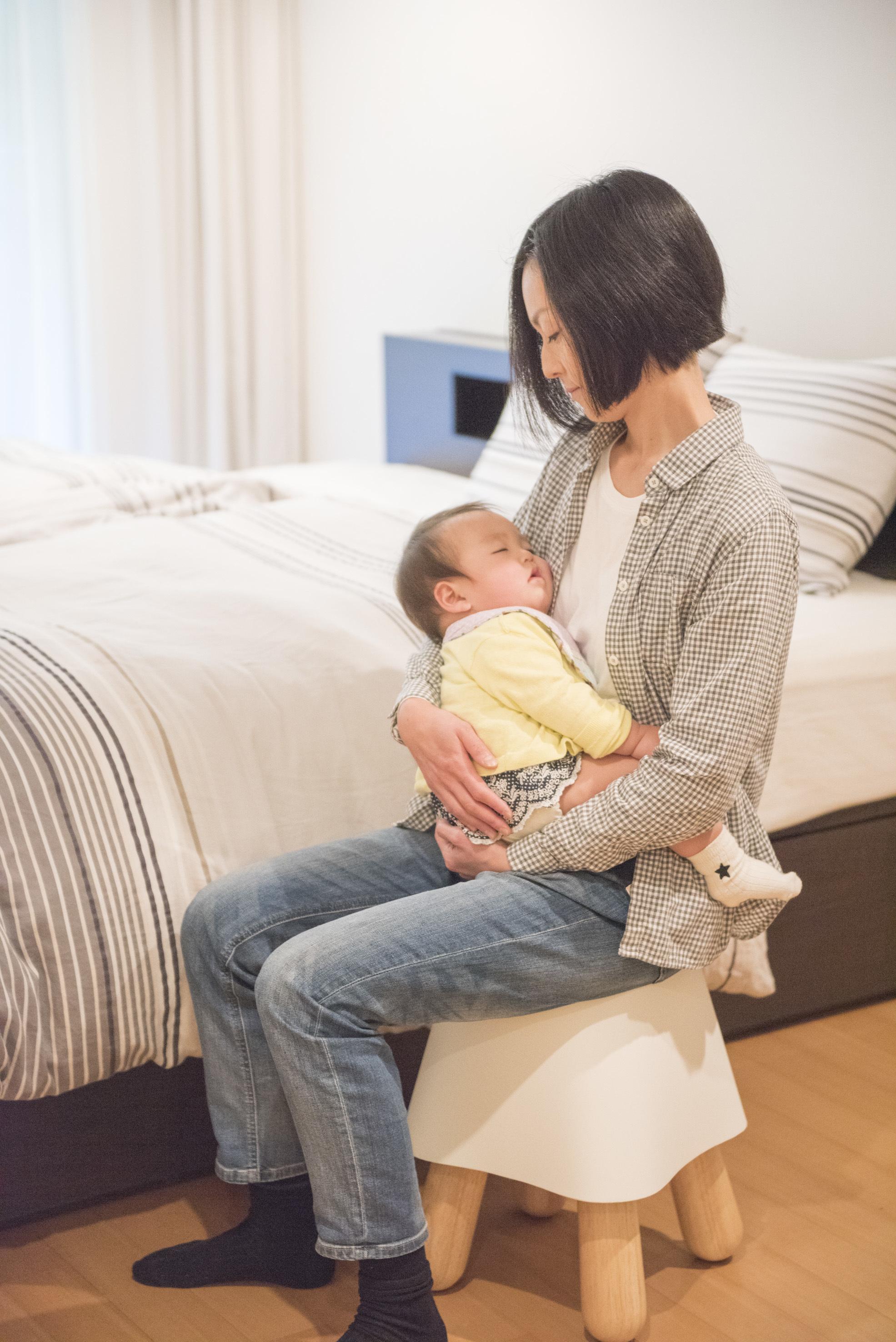 """世界初!""""赤ちゃんを座り抱っこであやす椅子""""1月31日に発売 約3分で ..."""