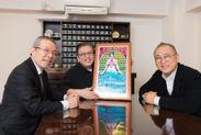 """50年前の""""モンタレー""""ポスターを囲んで(左:朝妻一郎、中:萩原健太、右:亀渕昭信)"""