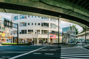扇状の外観が特徴的な新桜川ビル