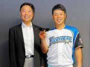 日本ハム、近藤 健介選手(右)と(株)ビジョナップ代表取締役、田村 哲也(左)