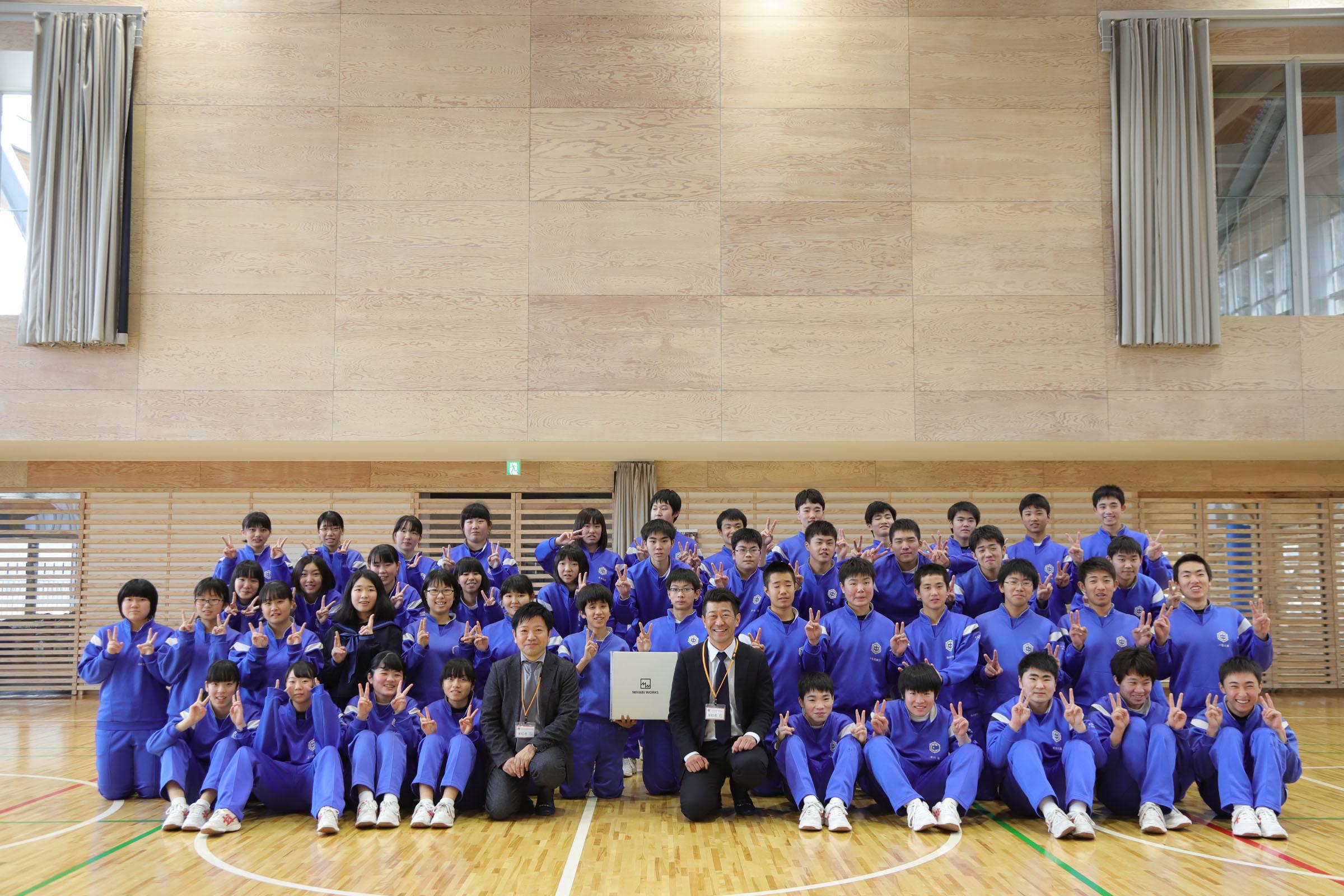 釜石東中学校生徒とミヤビワークス代表 林