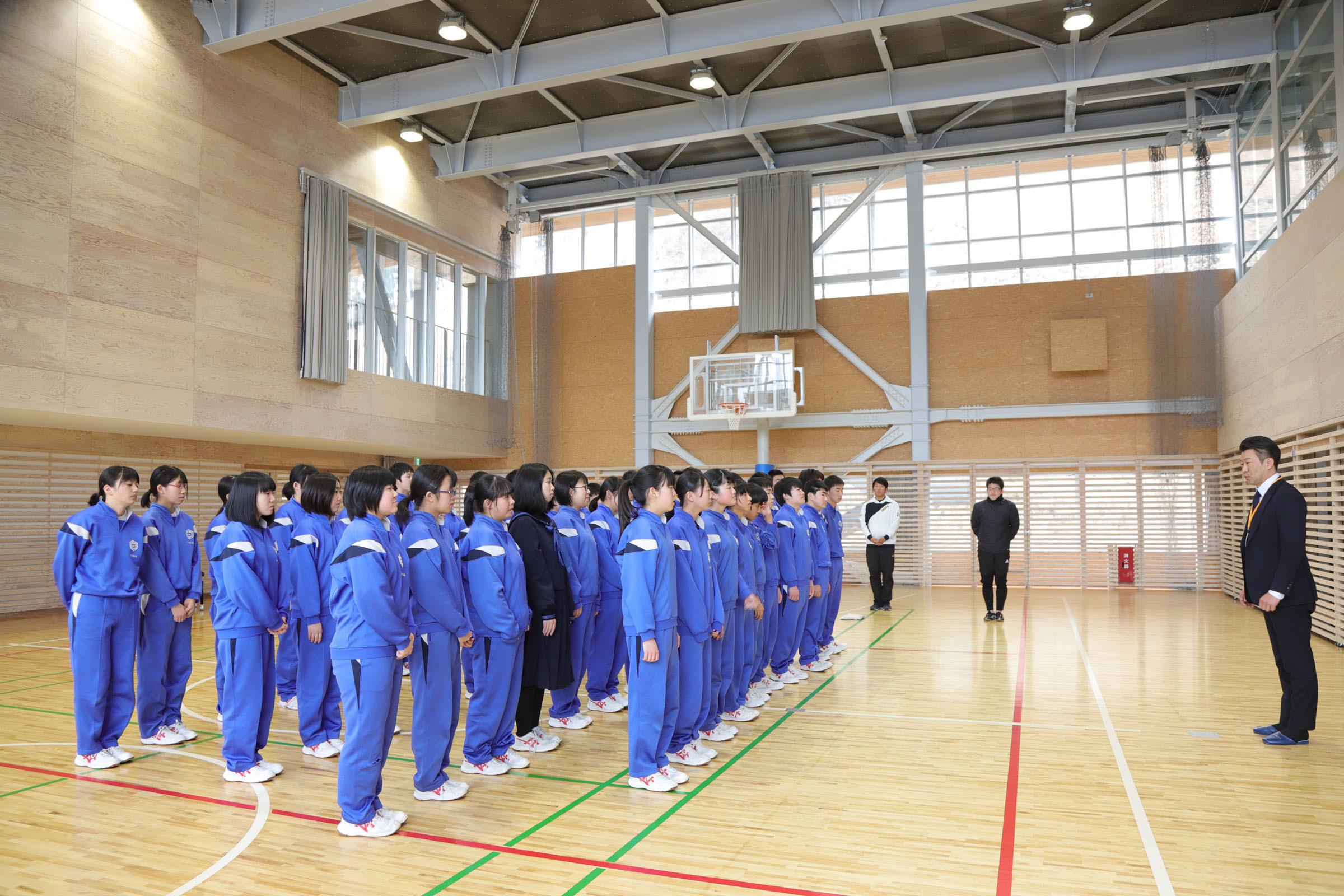 釜石東中学校生徒とミヤビワークス代表 林 2