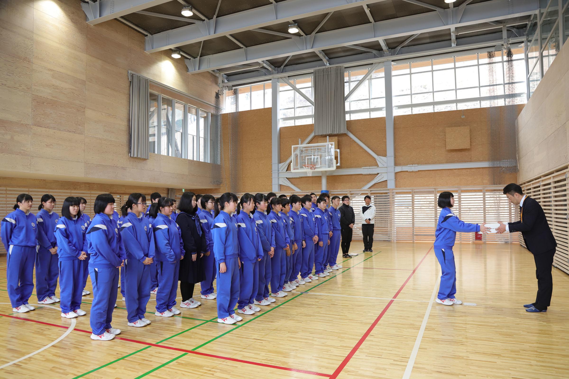 釜石東中学校生徒とミヤビワークス代表 林 3