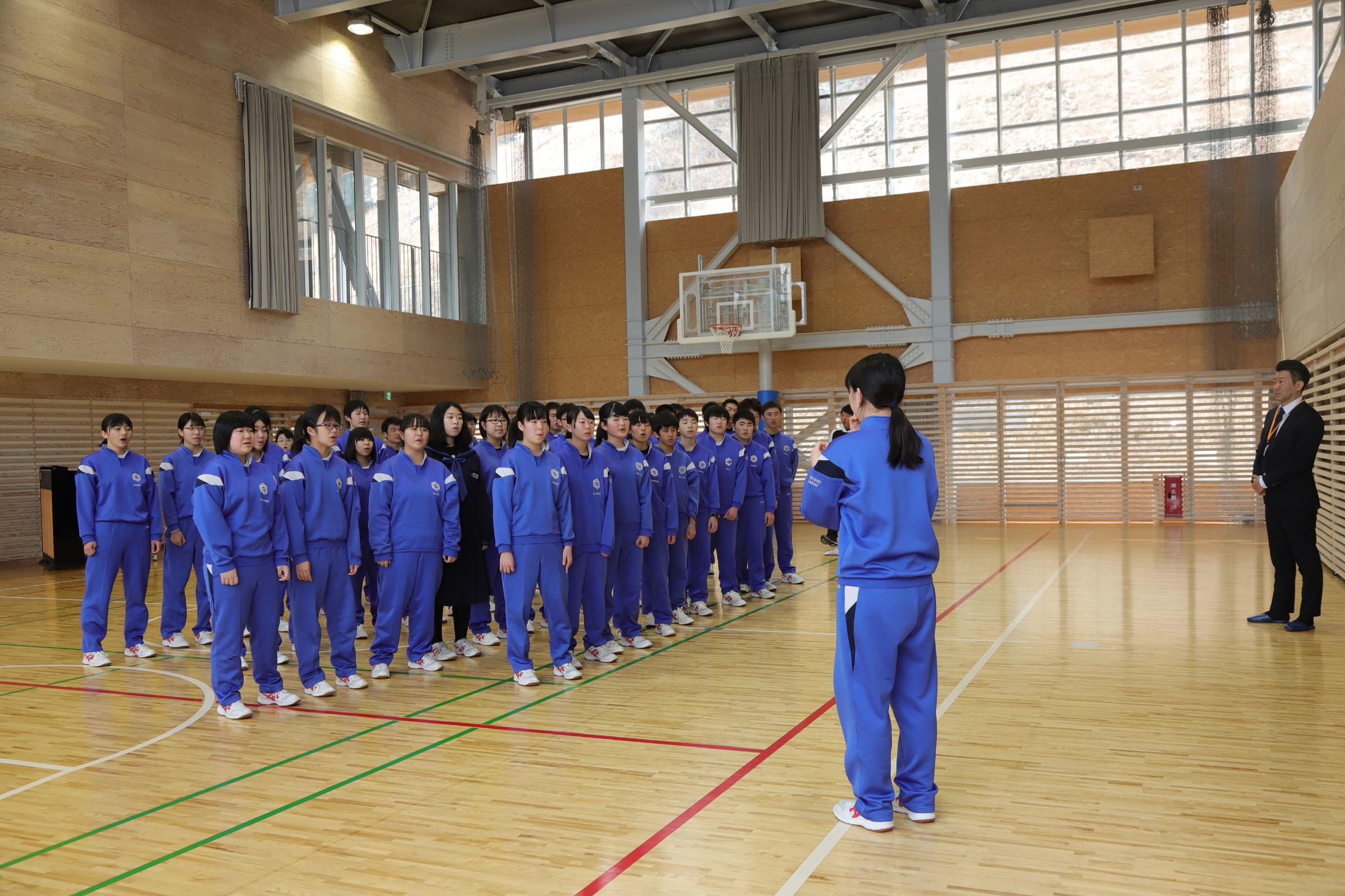 釜石東中学校生徒とミヤビワークス代表 林 4