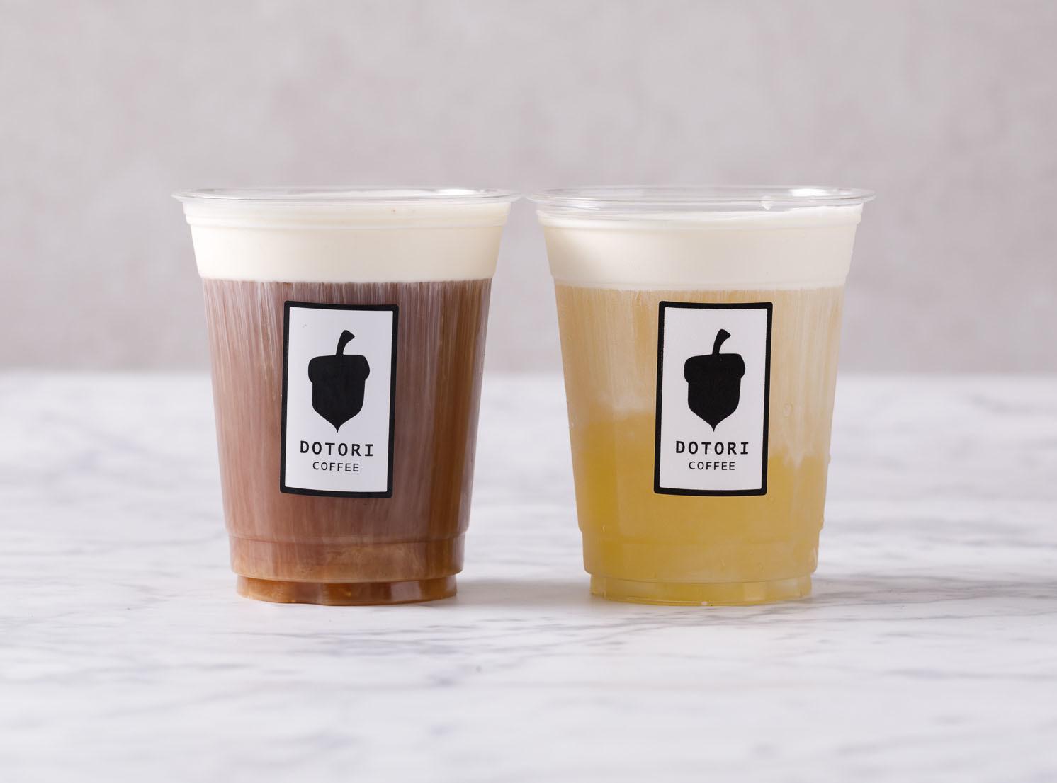 ドリンク(左:チーズティー紅茶ブレンドMサイズ 450円/右:チーズティー緑茶ブレンドMサイズ 450円)